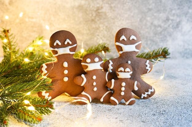 Lebkuchenfamilie in einer maske. weihnachtshintergrund.