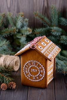 Lebkuchenhaus auf tisch mit weihnachtsdekoration