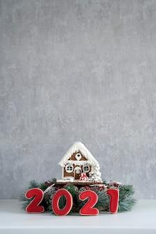 Lebkuchenhaus und inschrift 2021. frohe weihnachten hintergrund, kopienraum.