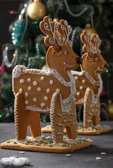 Lebkuchenhirsch auf dunklem hintergrund, festlichkeit an weihnachten oder noel-feiertag. hochformat