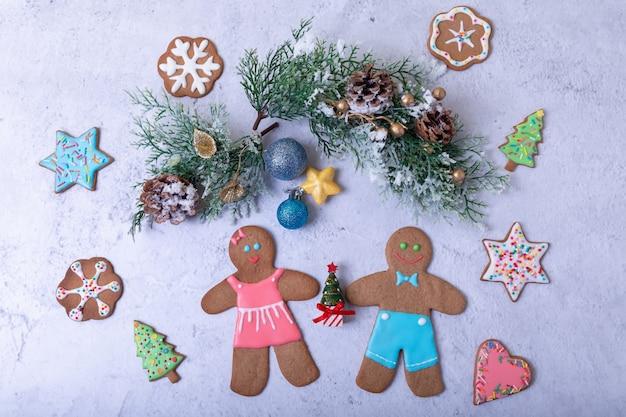 Lebkuchenmänner und figuren. selbst gemachte plätzchen des traditionellen neuen jahres und des weihnachten. weihnachten hintergrund. tiefenschärfe, nahaufnahme.