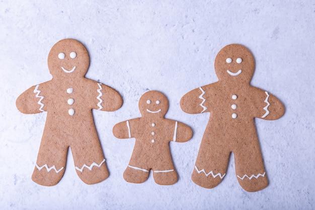 Lebkuchenmänner und figuren. traditionelle hausgemachte neujahrs- und weihnachtsplätzchen. weihnachtshintergrund. selektiver fokus, nahaufnahme.