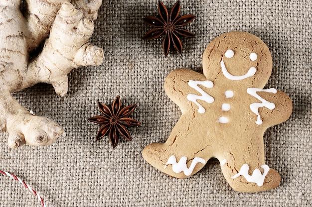 Lebkuchenmann mit dem symbol des weihnachten mit ingwer und anis