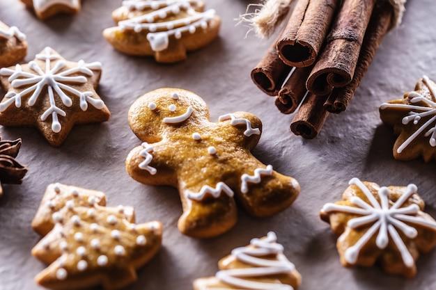 Lebkuchenmann und andere weihnachtsplätzchen zusammen mit zimt.