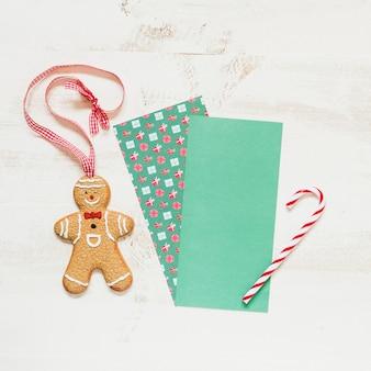 Lebkuchenmann und süßigkeitskegel mit platz für weihnachtsmann-brief