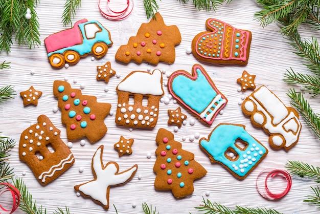 Lebkuchenplätzchen auf hölzernem hintergrund, weihnachtskonzept