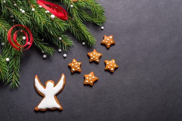 Lebkuchenplätzchen auf schwarzem hintergrund, weihnachtskonzept