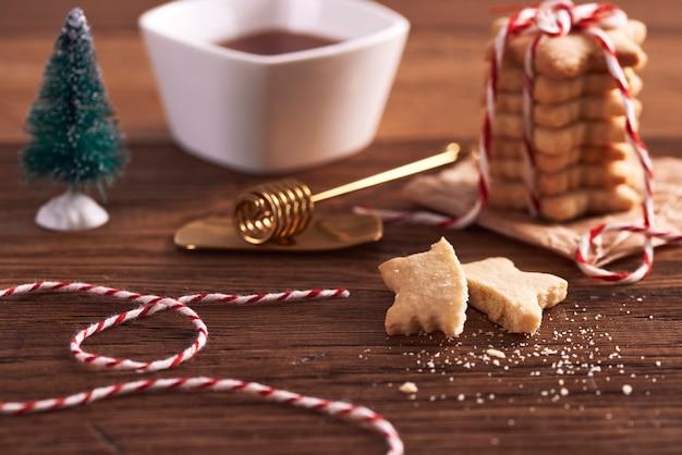 Lebkuchenplätzchen bereit für weihnachten