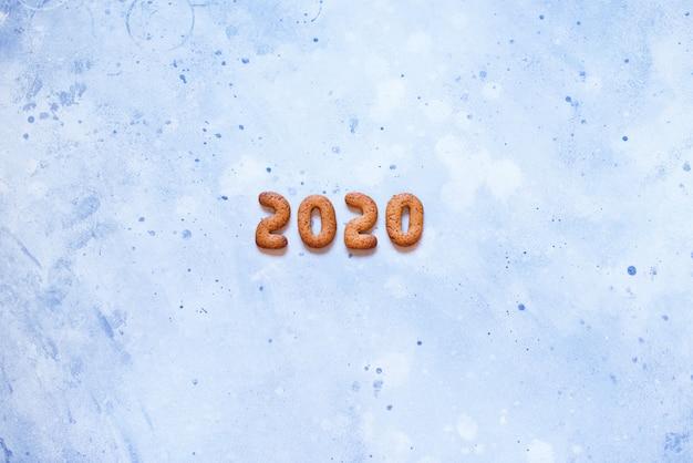 Lebkuchenplätzchen der buchstaben 2020 frohen weihnachten