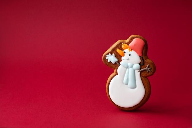 Lebkuchenplätzchen des netten schneemanns. traditionelles weihnachtsessen. weihnachts- und neujahrsfeiertagskonzept.