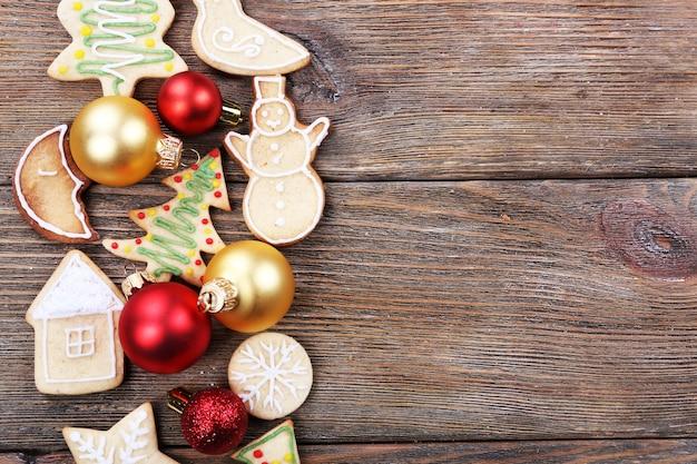 Lebkuchenplätzchen mit weihnachtsdekoration auf holztischhintergrund