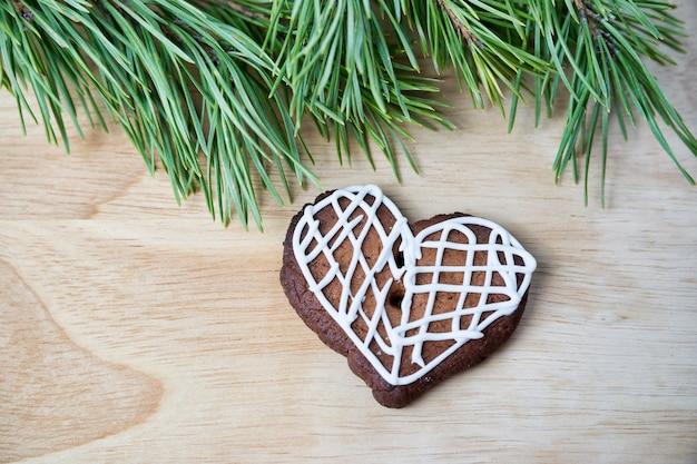 Lebkuchenplätzchen mit zuckerglasur in herzform. hausgemachte kuchen. weihnachtsessen