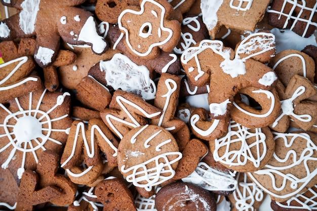 Lebkuchenplätzchen mit zuckerguss. hausgemachte kuchen. weihnachtsessen