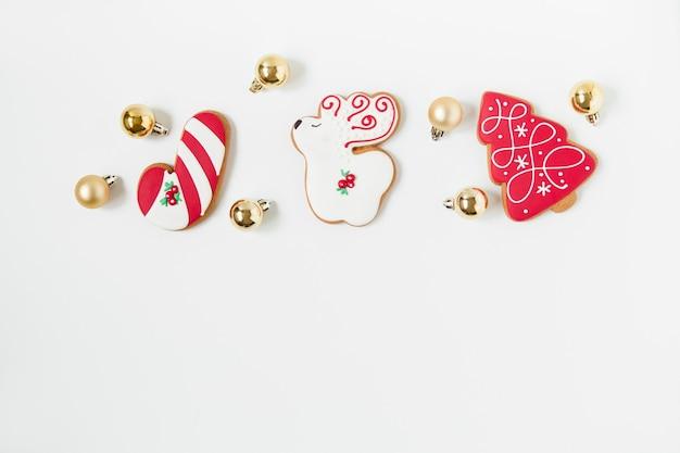 Lebkuchenplätzchen und weihnachtsspielzeug für neujahr und weihnachten. baumförmig. draufsicht. minimalistischer stil.