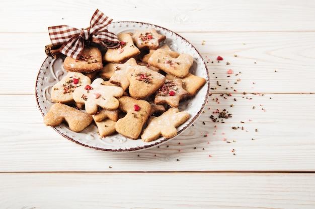 Lebkuchenplattebowweihnachtsfeiertags- und neujahrskonzeptweißer holztisch