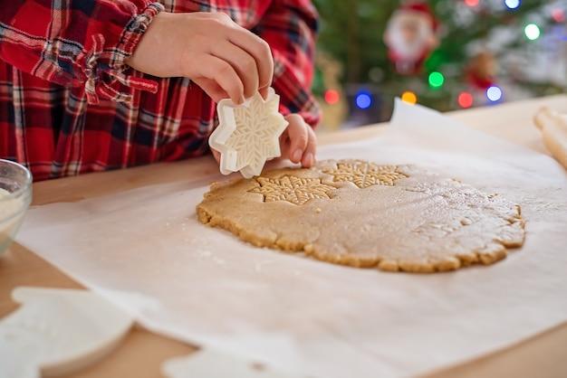 Lebkuchenteig mit schneeflocken. weihnachtsbacken.