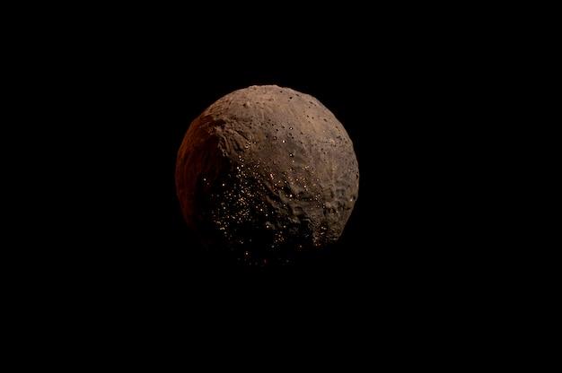 Lebloser planet auf schwarzem hintergrund