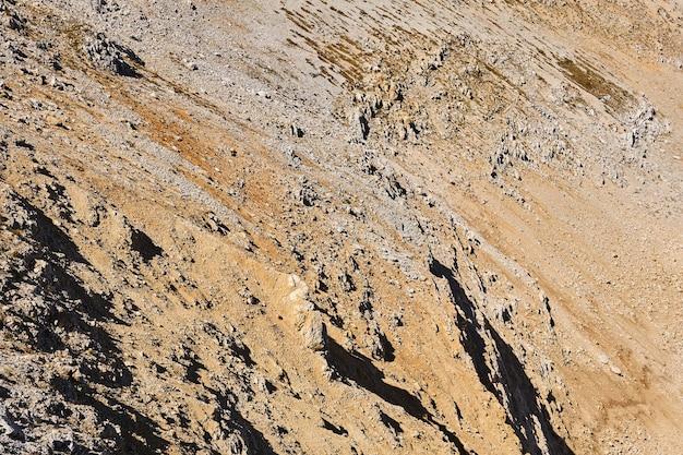 Lebloser wüstenfelsiger berghang mit scharfen klippen, die an eine marslandschaft erinnern