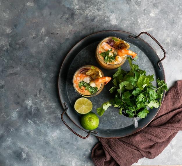 Leche de tigre, peruaner, ecuador, lateinamerikanisches essen, ceviche mit cocktail aus rohem fisch