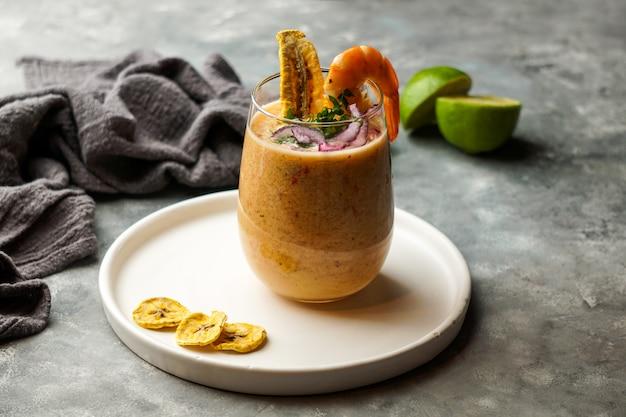 Leche de tigre, peruanisches, lateinamerikanisches essen, ceviche mit cocktail aus rohem fisch