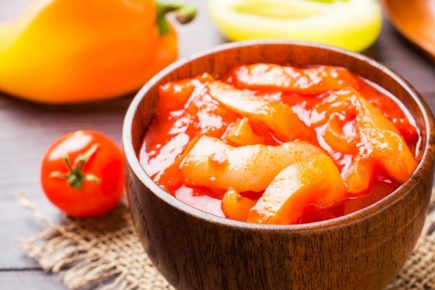 Lecho aus der dose mit paprika und tomaten