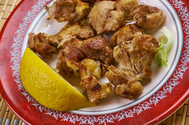 Lechon asado - spanien schweinefleischgericht, gebratenes schwein über holzkohle gekocht.