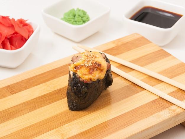 Lecker gebackener gunkan mit thunfisch auf einem holzbrett