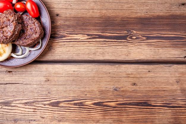 Lecker gegrilltes burgerfleisch mit gemüse