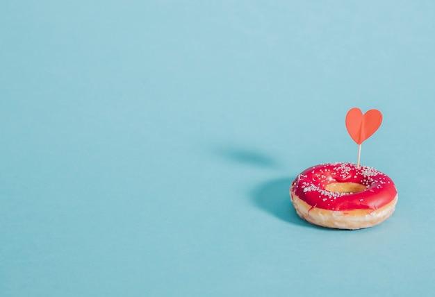 Lecker glasierter donut mit herz verziert