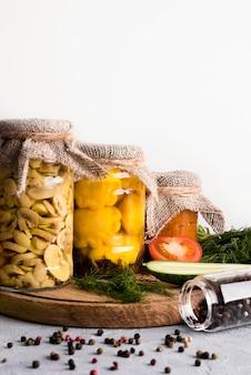 Lecker konserviertes essen in gläsern