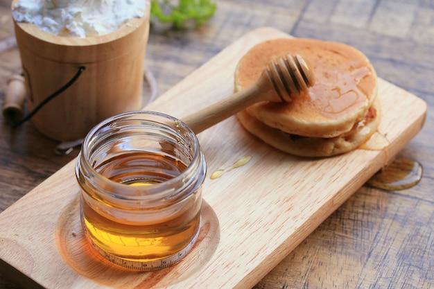 Lecker pfannkuchen mit honig