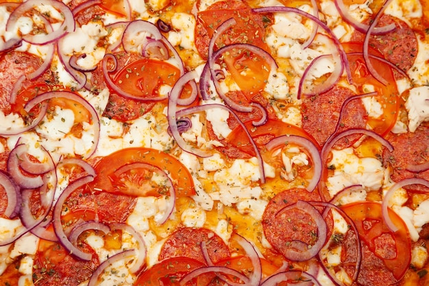 Lecker rustikale pizza textur. signature sauce, mozzarella, peperoni, hähnchenfilet, tomaten, rote zwiebeln. nahansicht.