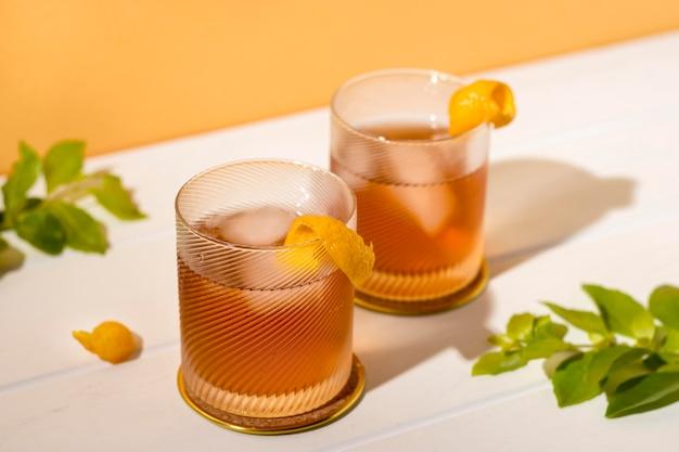 Leckere alkoholische getränke zum servieren bereit