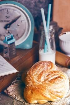 Leckere appetitliche brötchen und kaffee zum frühstück