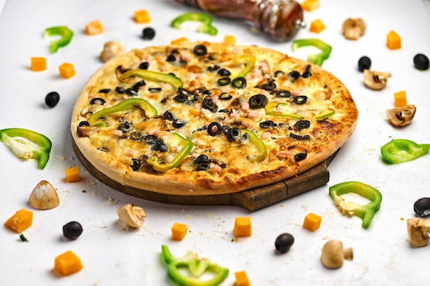 Leckere appetitliche klassische italienische traditionelle pizza mit käse, oliven, frischem gemüse und schinken