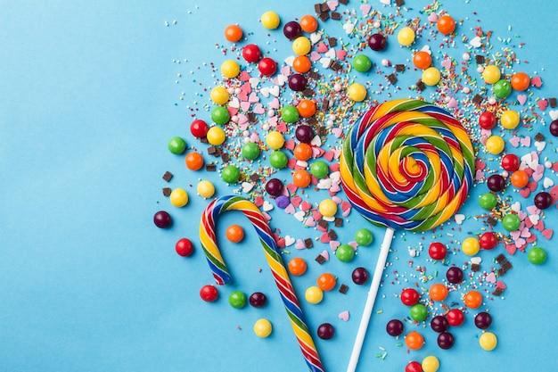 Leckere appetitliche party-accessoires auf hellem blauem hintergrund