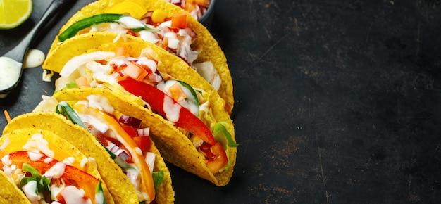 Leckere appetitliche tacos mit gemüse