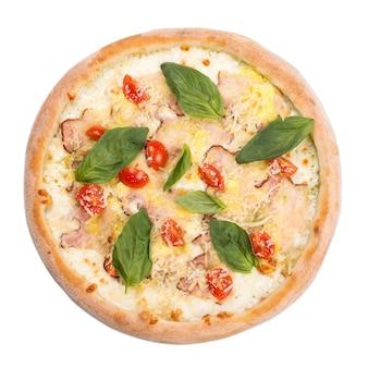 Leckere, aromatische pizza mit basilikum, lokalisiert auf weißem hintergrund. . klassische original pizza margarita.