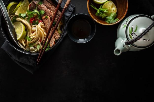 Leckere asiatische klassische suppe mit nudeln und fleisch