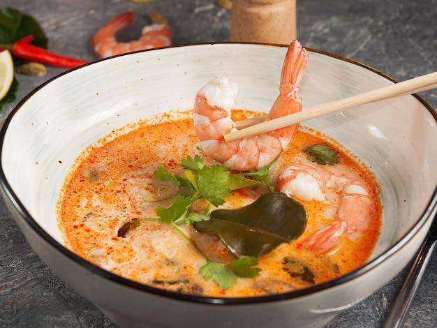 Leckere asiatische suppe mit garnelen und stäbchen