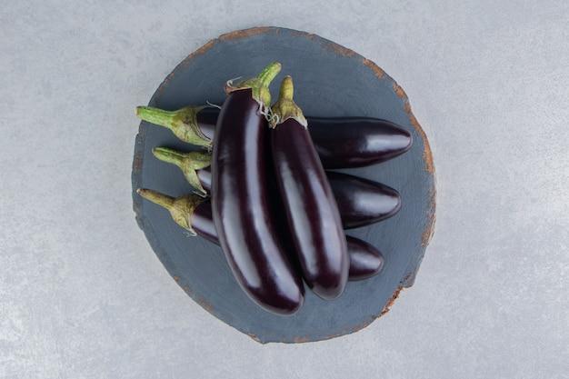 Leckere auberginen auf einem brett auf der weißen oberfläche