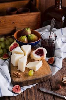 Leckere auswahl an snacks auf einem tisch