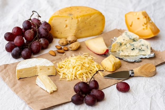 Leckere auswahl an snacks und käse