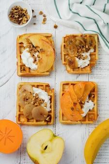 Leckere belgische waffeln mit karamellisierten früchten