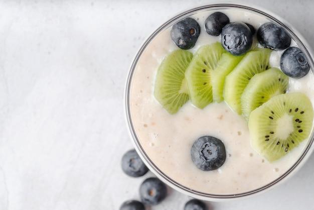 Leckere bio-milch mit kiwi und blaubeere