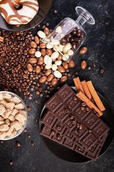 Leckere bonbons auf dunklem vintage-holzhintergrund