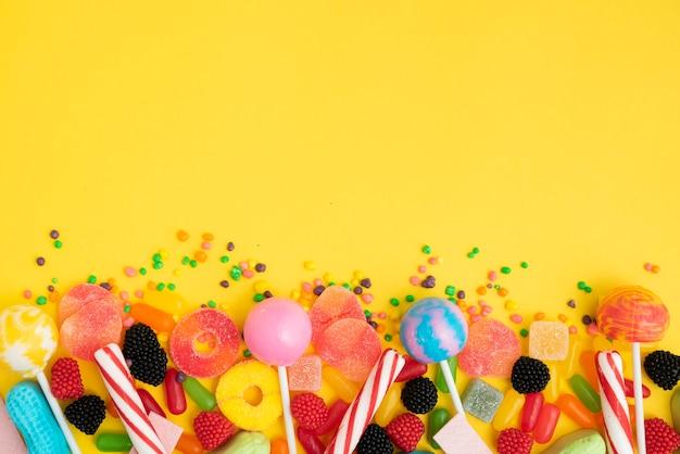 Leckere bonbons zusammenstellungen auf dem tisch