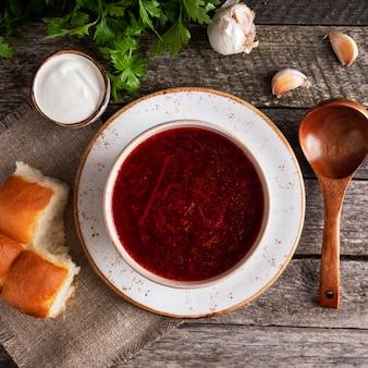 Leckere borschtsch pampushkas. rote suppe der traditionellen ukrainischen küche rote rübe, kartoffel, fleisch, karotte, kohl und knoblauch. ansicht von oben. nahansicht