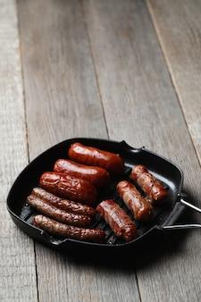 Leckere bratwürste. traditionelles deutsches essen