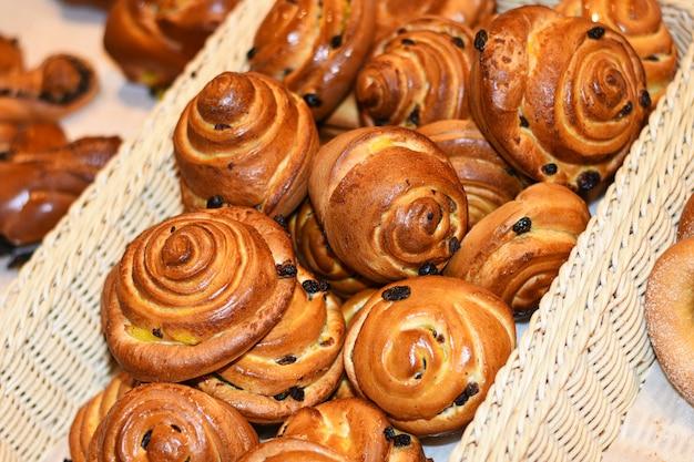 Leckere brötchen, croissants, kuchen und brot im korb